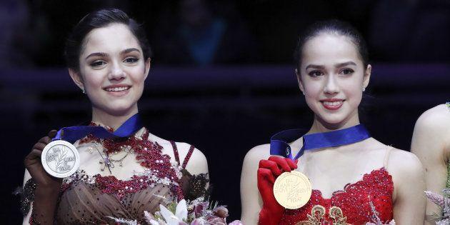 メダルを掲げるザギトワ選手(右)とメドベージェワ選手