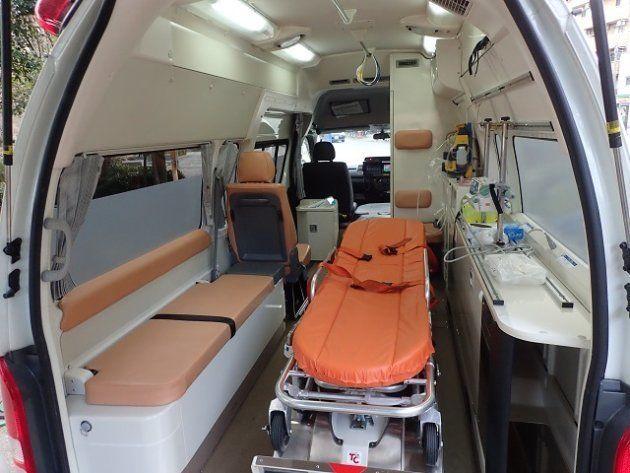 現在のドクターカー。患者の両側に医師が立てないという=国立成育医療研究センター
