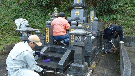 荒れる墓地 困窮者や障害者が清掃を代行