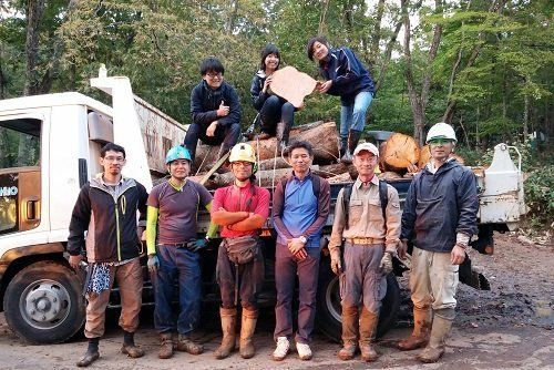 ●木の伐採・搬出に携わった人たちと自由学園の生徒たちで、仲良く記念撮影