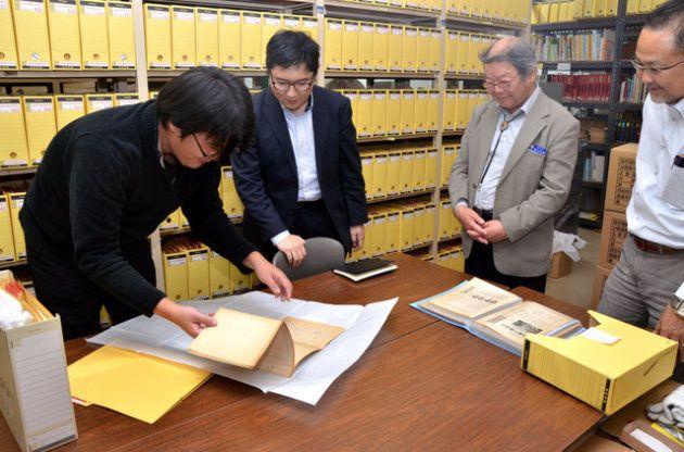 部屋いっぱいに並んだ沖縄県教職員組合の資料や書籍=沖縄県読谷村