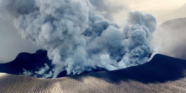噴火口も数カ所に増え、盛んに噴煙をあげる新燃岳の火口=6日午後1時48分、宮崎・鹿児島県境、