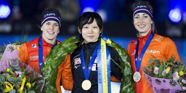 3月10日、スピードスケートの世界選手権で総合優勝を果たした高木美帆(中央)