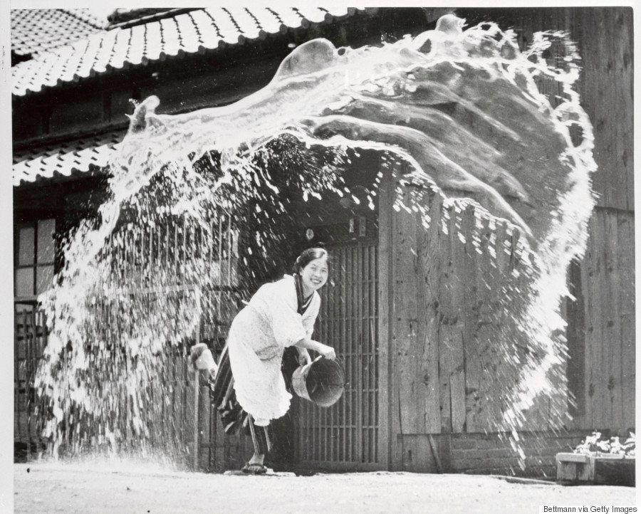 「打ち水する女性」勢いあふれる白黒写真、撮影者不明とされていたが、実は...
