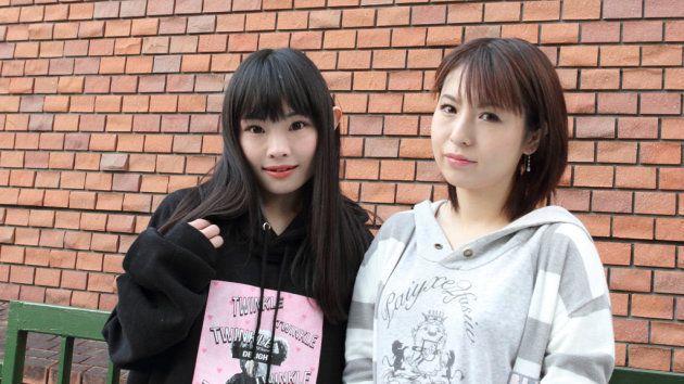主演の初咲里奈さん(左)と愛葉るびさん(撮影 北村純一 ©17プロジェクト)