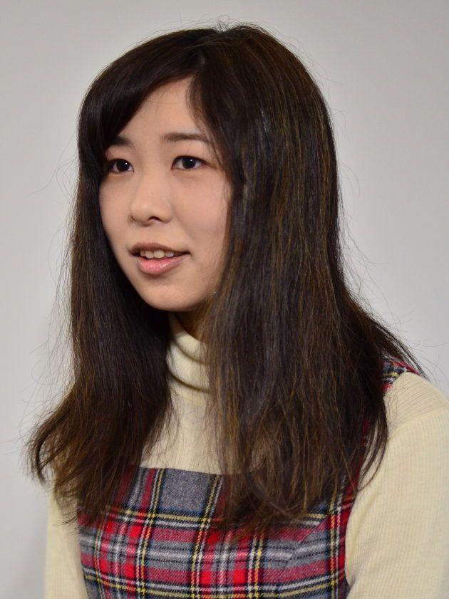 「亜美」さんのメークを落とした後、取材に臨む女性
