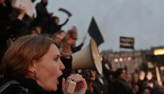 保守化する国へ女性たちが突きつけた力強い「ノー」。ポーランドで広がった中絶禁止法案に抗議するデモ