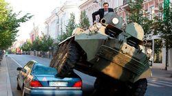 違法駐車のベンツを装甲車で破壊 リトアニアの市長のパフォーマンスがヤバい(動画)