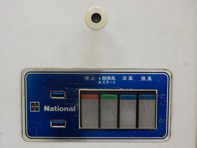 風量調節のスイッチの上には首振り用のつまみもある