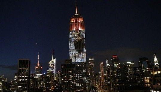 ライオンの「セシル」を称えるプロジェクションマッピング、NYの夜を照らす