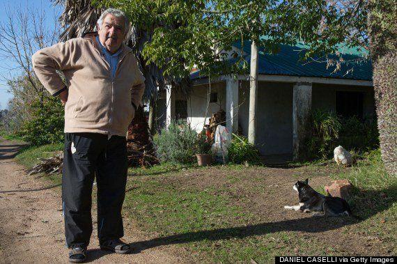 ウルグアイの「世界一貧しい大統領」、生放送中にホームレスの男性へお金を与える(動画)