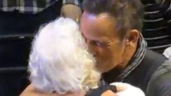 ブルース・スプリングスティーン、大ファンの91歳女性をステージに呼んでダンスする