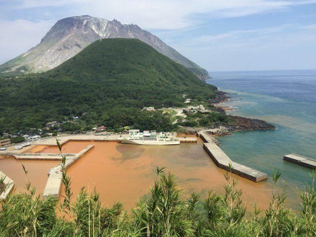 港の海水が茶色に染まった薩摩硫黄島
