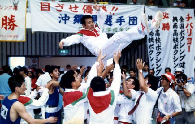 監督を務めた1987年の海邦国体で少年団体優勝を成し遂げ、胴上げされる金城眞吉さん