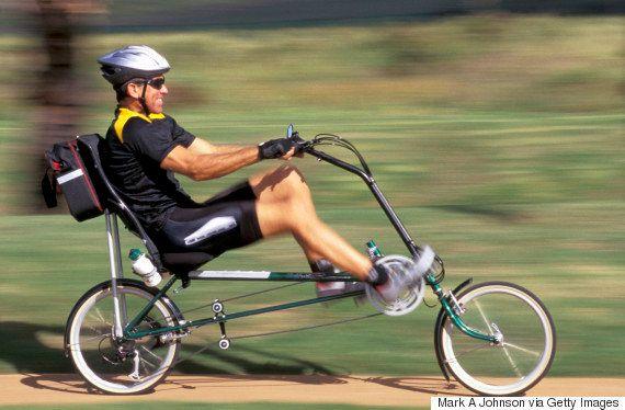(イメージ写真)「リカンベント」型の自転車に乗る人