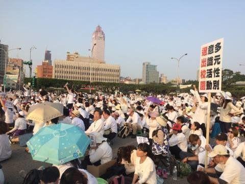 台湾にはLGBT当事者議員は一人もいないのに、当事者議員がいる日本より対応が進むのはなぜ??