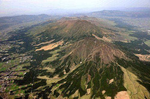 ●巨大噴火を物語る大きなカルデラを持つ阿蘇山