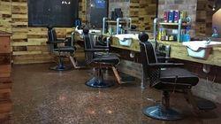 この床、実は〇〇でできているんです。イギリスで美容院営む男性が驚きのリノベーション