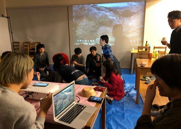 パソコンで動画を再生しながらスマホで音楽もかける小林夏美さん(右)