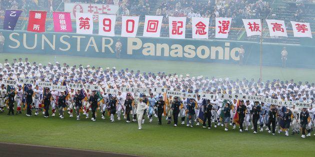 第90回選抜高校野球大会の開会式で、行進する各校の選手ら=3月23日、甲子園