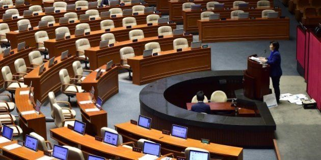 Seo Young-Kyo (R), a lawmaker of South Korea's main opposition Minju Party, delivers a speech to call...