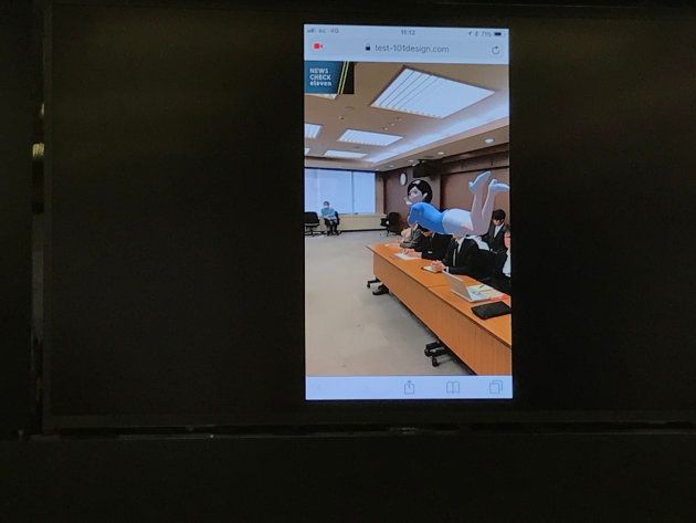 ヨミ子さんがARで出現するカメラアプリ。