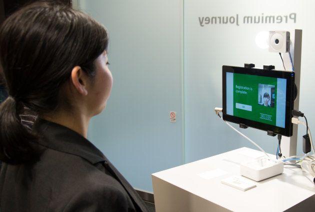 NECの顔認証システム。事前に顔を登録し