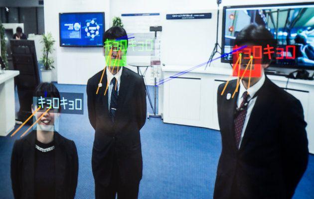 NECの映像解析技術により、視線を検知して不審な人物を見抜くことができたり、性別や大体の年齢、表情を判別したりすることもできる。