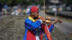 ベネズエラ、政府に抗議のバイオリンを奏でた青年が血まみれに 病室でも愛器は手放さなかった
