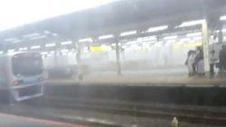 池袋駅を大量の雹が襲う「屋根が壊れるかと思った」(動画)