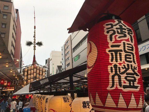 京都、祇園祭のきゅうり売り少女