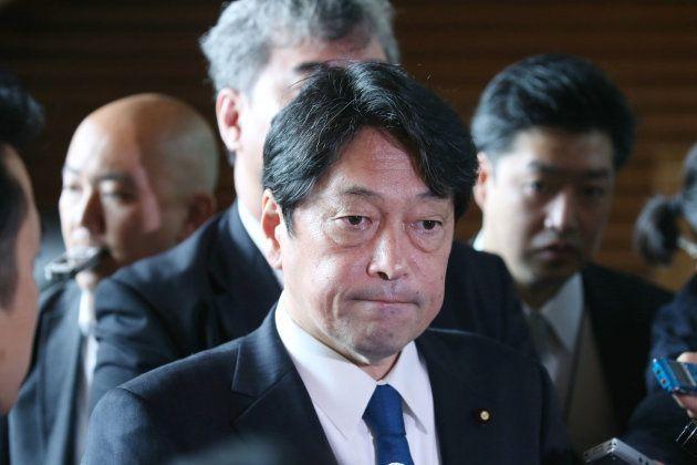 閣議後、厳しい表情で記者団の取材に応じる小野寺五典防衛相=3日、首相官邸