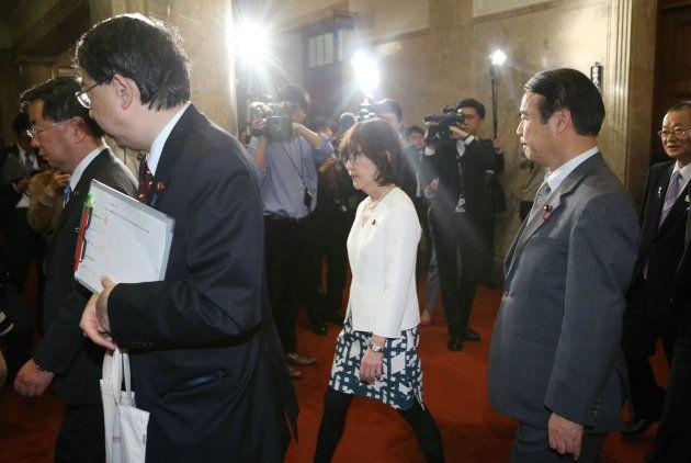 衆議院本会議場に入る稲田朋美元防衛相(中央)=5日、国会内