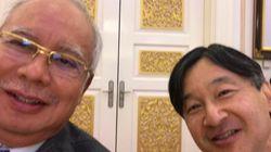 皇太子さまとマレーシア首相が「自撮り」2ショット