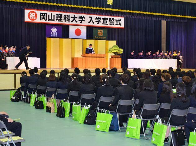 学校法人「加計学園」の岡山理科大学獣医学部の入学式=3日、愛媛県今治市
