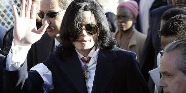 SANTA MARIA, UNITED STATES: Pop star Michael Jackson (C) arrives, with his lawyer Mark Geragos (behing...