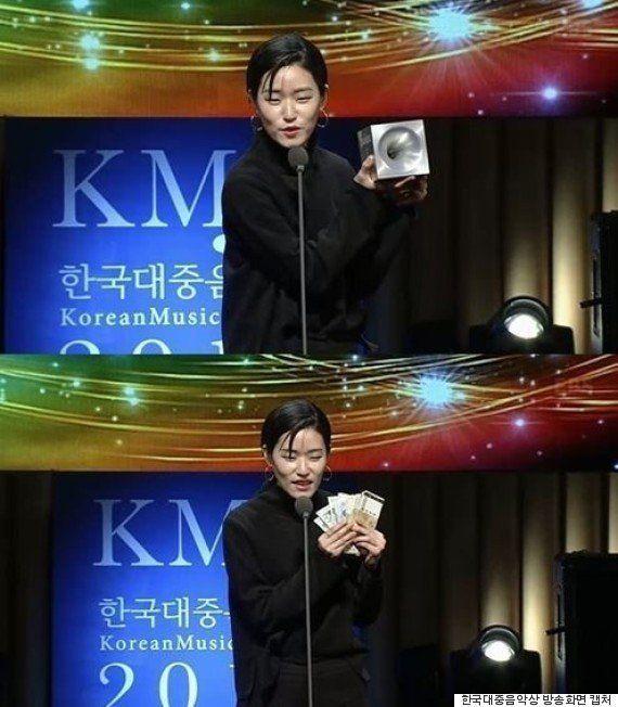 歌謡賞の授賞式でトロフィーをオークションにかけ「お金がない」と訴えた韓国の歌手