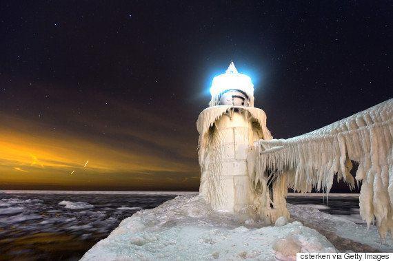 まるで「アナ雪」の世界 ミシガン湖の灯台が凍りつく(画像)
