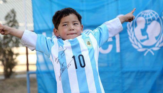 「小さなメッシ」歓喜。ポリ袋ユニフォームのアフガン少年に、本人からプレゼントが届く