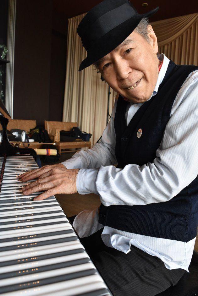 平らな鍵盤を使って演奏する菅野邦彦さん=静岡県下田市