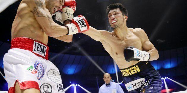 WBAミドル級タイトル戦の3回、ブランダムラ(左)を攻める村田諒太=15日、横浜アリーナ