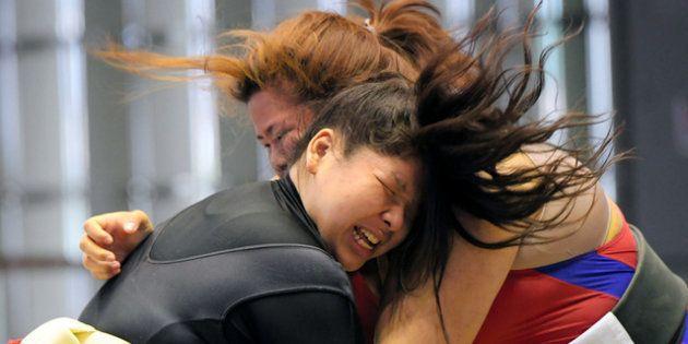 レオタードの上にまわしを着けて、取組をする選手たち=2018年4月15日午前、堺市堺区、遠藤真梨撮影