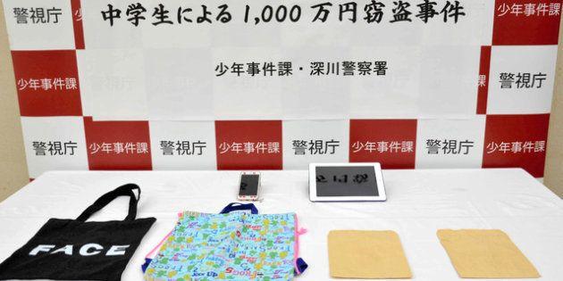 少女が盗んだ現金1千万円を入れていたとされる封筒やバッグ=2018年4月16日午前、警視庁深川署、稲垣千駿撮影