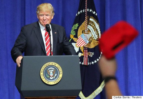 トランプ大統領、世論調査の結果を「偽ニュース」と決めつける