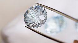 ダイヤモンドより明るく輝くのに、安価。新物質「Qカーボン」とは?