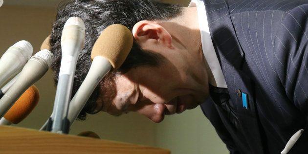 記者会見で頭を下げる新潟県の米山隆一知事=4月18日午後、同県庁