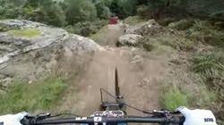マウンテンバイクで危険な急勾配を一気に駆け下る、息をつかせぬ動画