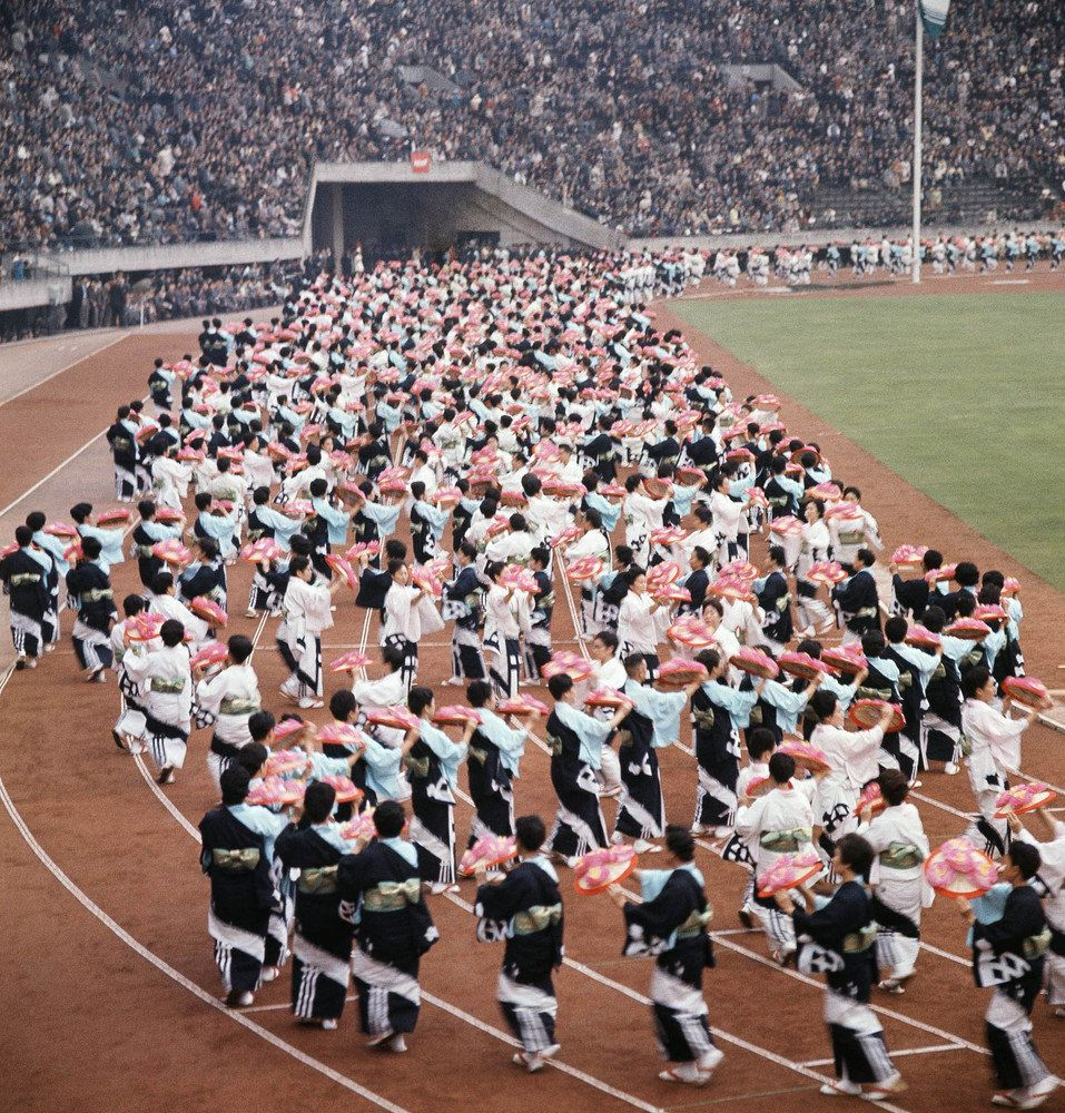 東京オリンピック開幕から52年。鮮やかな写真で振り返る開会式【画像集】