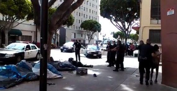 ロサンゼルスの警官、ホームレスの黒人男性を射殺 動画が流出