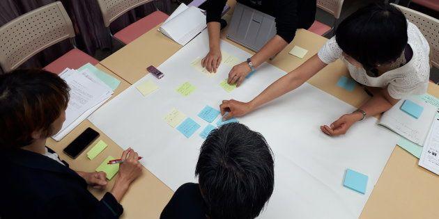 セクハラの体験を付箋で共有する参加者たち=東京都文京区で